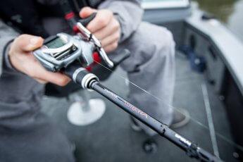 Rute und Rolle in der Hand des Anglers