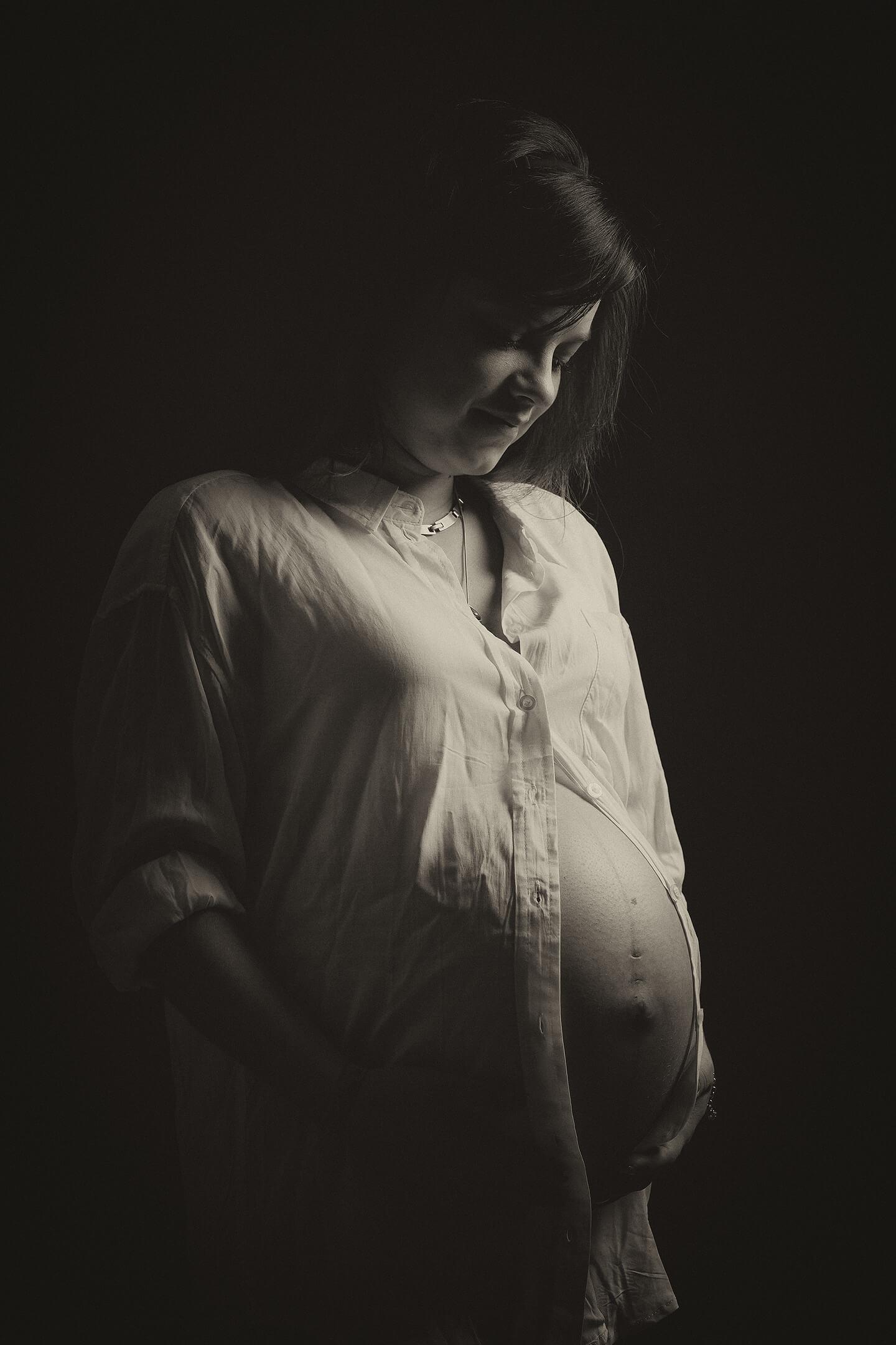 Schwangerschaftsfoto mit gedämpften Licht