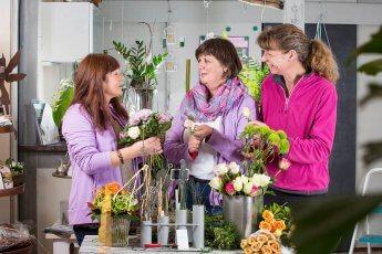 Das team der Blumenbinderei bei der Arbeit fotografiert