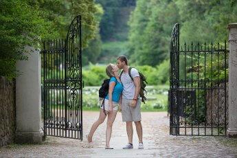 Junges Liebespaar am Eingang zum Schloßpark
