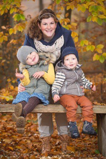 Mutter mit ihren zwei Kindern im Spätherbst