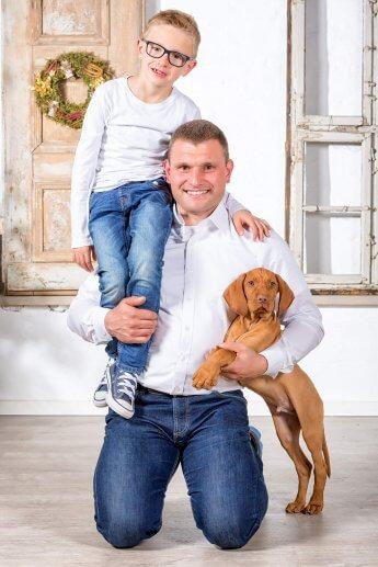 vater, Sohn und Hund beim gemeinsamen Fototermin