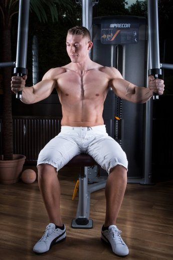 Foto für Flyer eines Fitnessstudios mit Trainer am Gerät