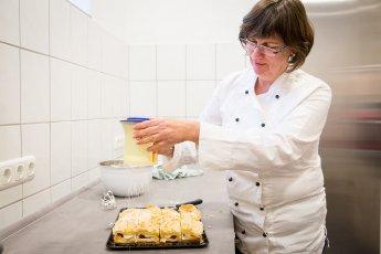 Die Köchin bei der Arbeit fotografiert