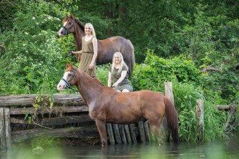 Fotoshooting mit zwei Pferden und zwei blonden Reiterinnen