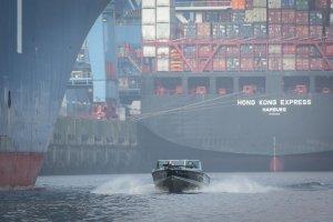 Das Angelboot Black Pearl zwischen Containerriesen