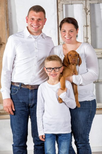 Helles Familienfoto im Fotostudio