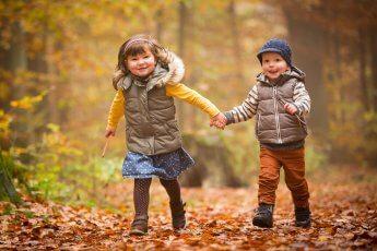 Zwei Kids aus dem Kindergarten Hand in Hand