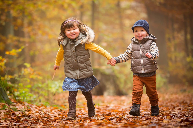 Herbstliches Fotoshooting: Zwei Kids aus dem Kindergarten Hand in Hand