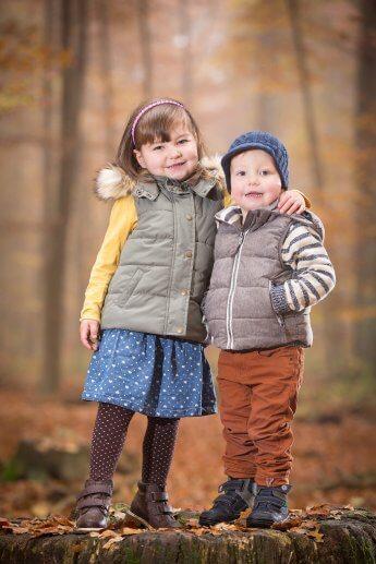 Bruder und Schwester im Herbstwald, ausgeleuchtet mit zwei Blitzgeräten