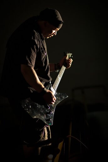 Dunkle Profilaufnahme des Gitarristen von Powerhead