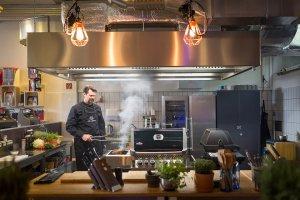 Pressefotografie – Grillmeister im Einsatz am Indoor-Grill