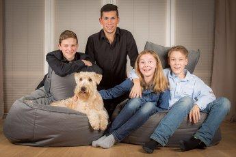 Gruppenfoto Kinder mit Hund bei einem fotografischen Hausbesuch