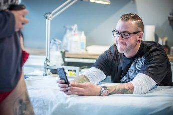 Tattooartist Sven macht ein Foto seiner Arbeit