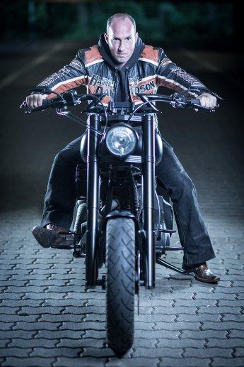 Harleyfahrer im Hochformat auf seinem Mottorrad