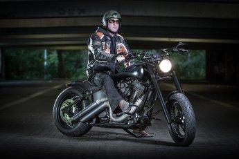 Portraitfotos mit Harleyfahrer in dunkler Tiefgarage