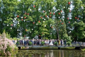 Aufsteigende Luftballons von der gesamten Hochzeitsgesellschaft