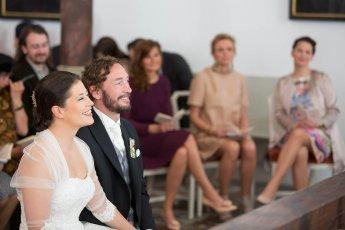 Lachendes Hochzeitspaar in der Kapelle des Eutiner Schlosses
