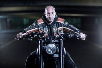 Charakterstarkes Portrait eines Motorradfahrers auf einer Harley-Davidson.
