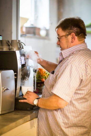 Mit dem Fotoapparat erwischt: der Chef an der Kaffeemaschine