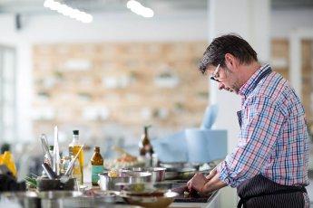 Mit Offenblende fotografiert: Koch beim Schneiden