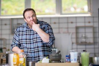 Mit der Kamera erwischt: Koch probiert mit dem Finger