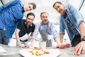 Küchenbesprechung mit Fisheye-Objektiv fotografiert