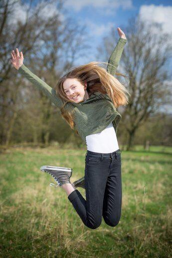 In den Boberger Dünen: Mädchen, das für den Fotografen in die Luft springt