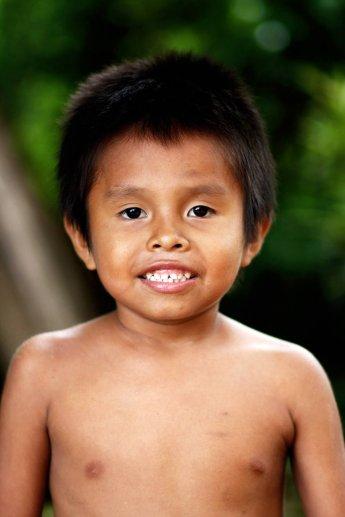 Kleiner Junge mit freiem Oberkörper, der auf einer Reise nach Nicaragua fotografiert wurde