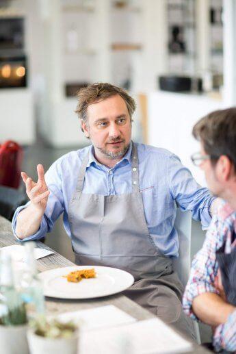 Kochprofi Stevan Paul bei der Menubesprechung