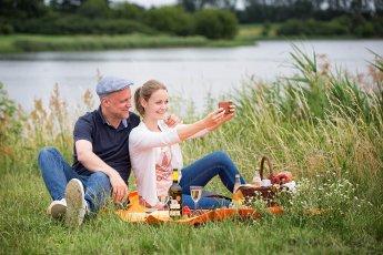 Junges Paar beim gemeinsamen Picknick - entstanden bei einem Fotoshooting für Tourismusverband