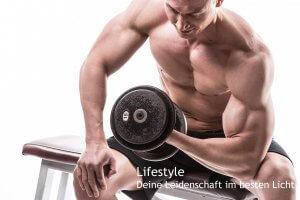 Bodybuilder mit Hantel vor weißem Hintergrund