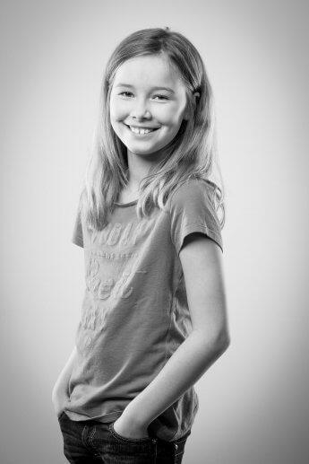 Schwarzweiss-Aufnahme eines Mädchens im Studio