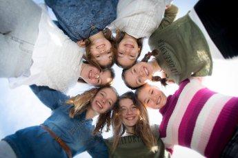 Freundinnen beim Mädelsgeburtstag