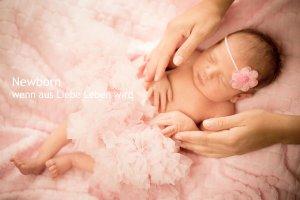 Neugeborenes Mädchen mit den schützenden Händen der Mutter