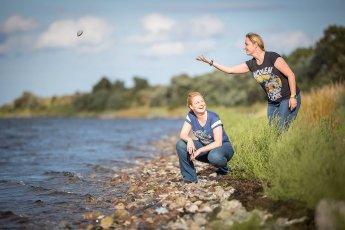 Geschwister an der Ostsee bei Heiligenhafen