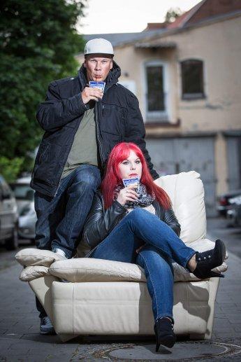 Cooles Paar im Schanzenviertel Hamburg trinkt Capri Sonne
