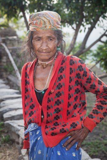 Ältere Frau aus einem Bergdorf in Nordindien