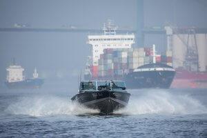 Lund-Boot in voller Fahrt auf der Elbe fotografiert