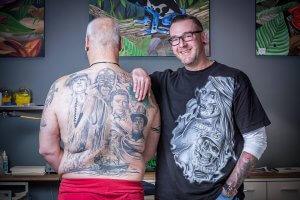 Tattooartist Sven mit Rückentattoo eines Kunden