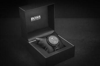 Studioaufnahme einer Herrenarmbanduhr in der Verkaufspackung