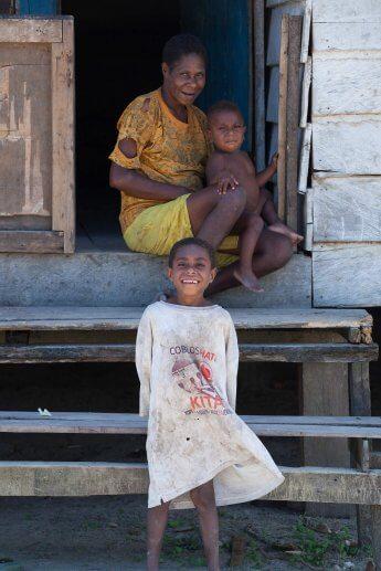 Mutter mit zwei kleinen Kindern aus einem kleinen Dorf in West-Papua