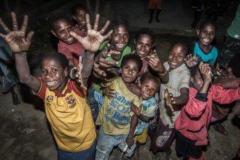 Eine Gruppe sehr fröhlicher Papua-Kids, die es liebten, fotografiert zu werden