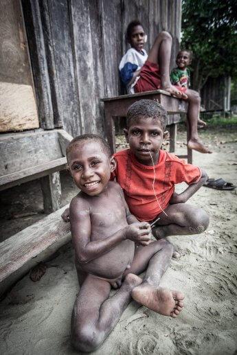 Kinder der Urbevölkerung Papua Neuguineas