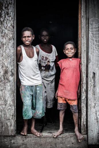 Drei Dorfjungen, die ich während einer Fotoreise nach West-Papua ablichtete