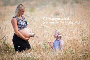 Schwangere Mutter mit Sohn im Kornfeld