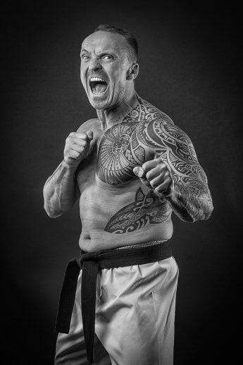 Studiofoto eines Kampfsportlers in Grundstellung