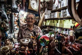 Älterer Herr in seinem Souvenirgeschäft in Brasilien