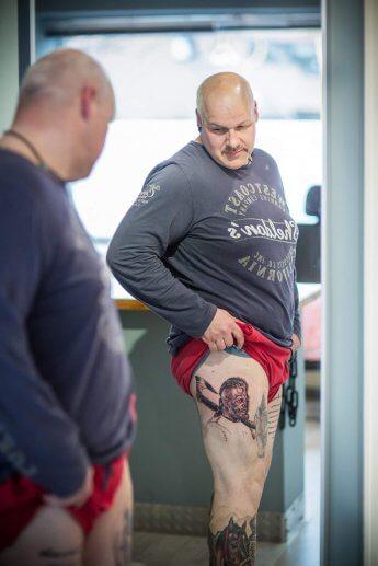 Kunde beim Betrachten seines Tattoos