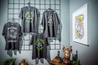 T-Shirt-Verkauf im Tattoostudio